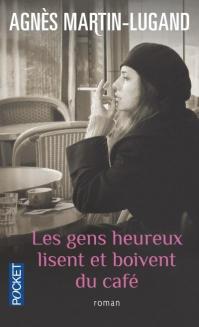 Les gens heureux lisent et boivent du cafe